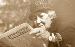 Владимир Богданов (в «ЛГ» с 1977 по 2002 год). Фаина Раневская за чтением любимой газеты. 1965 год.