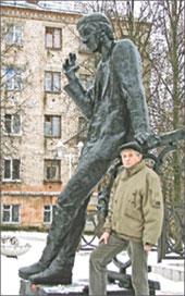Красноярский поэт-дикоросс Александр Ёлтышев у памятника Алексею Решетову в Березниках
