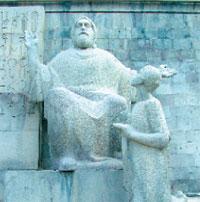 Скульптура Месропа Маштоца у входа в Матенадаран;  Фото автора