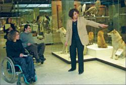 Директор музея А. Клюкина ведёт экскурсию для инвалидов
