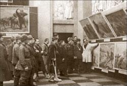Основатель и первый директор Дарвиновского музея А. Котс ведёт экскурсию для раненых бойцов