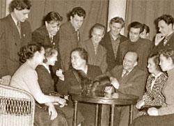 Народная артистка СССР Вера Пашенная (в центре) среди студентов Театрального училища им. Щепкина. 1957 год;  РИА «Новости»